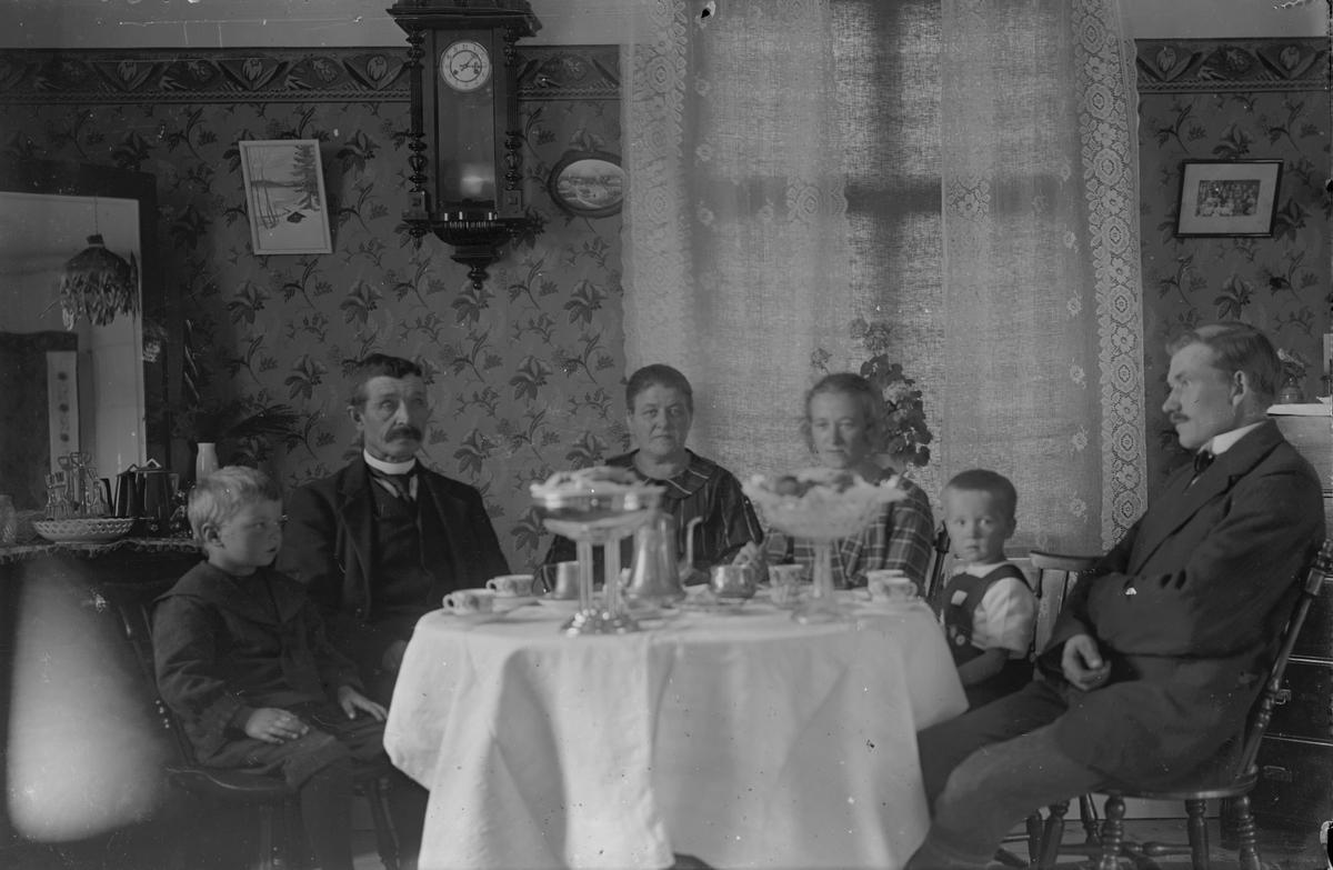 Familj vid kaffebordet.