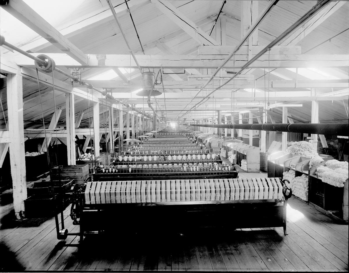 """Gefle Manufactur AB, grundades 1849 - som ett av Sveriges första bolag enligt aktiebolagsformen.  Byggnadstekniska nyheter som gjutjärnskolonner kunde göra vävsalarna stora.  """"Härvning"""""""