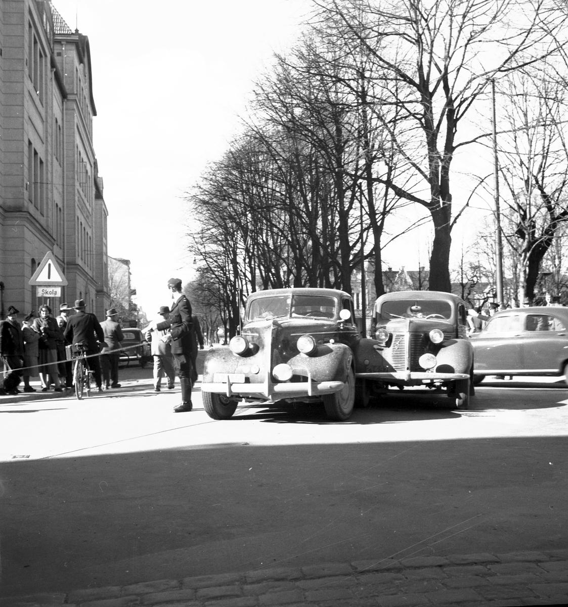Bilolycka mellan en Buick 1939 och Volvo 1939 den 8 april 1952.  Korsningen Norra Kungsgatan och Ruddammsgatan.