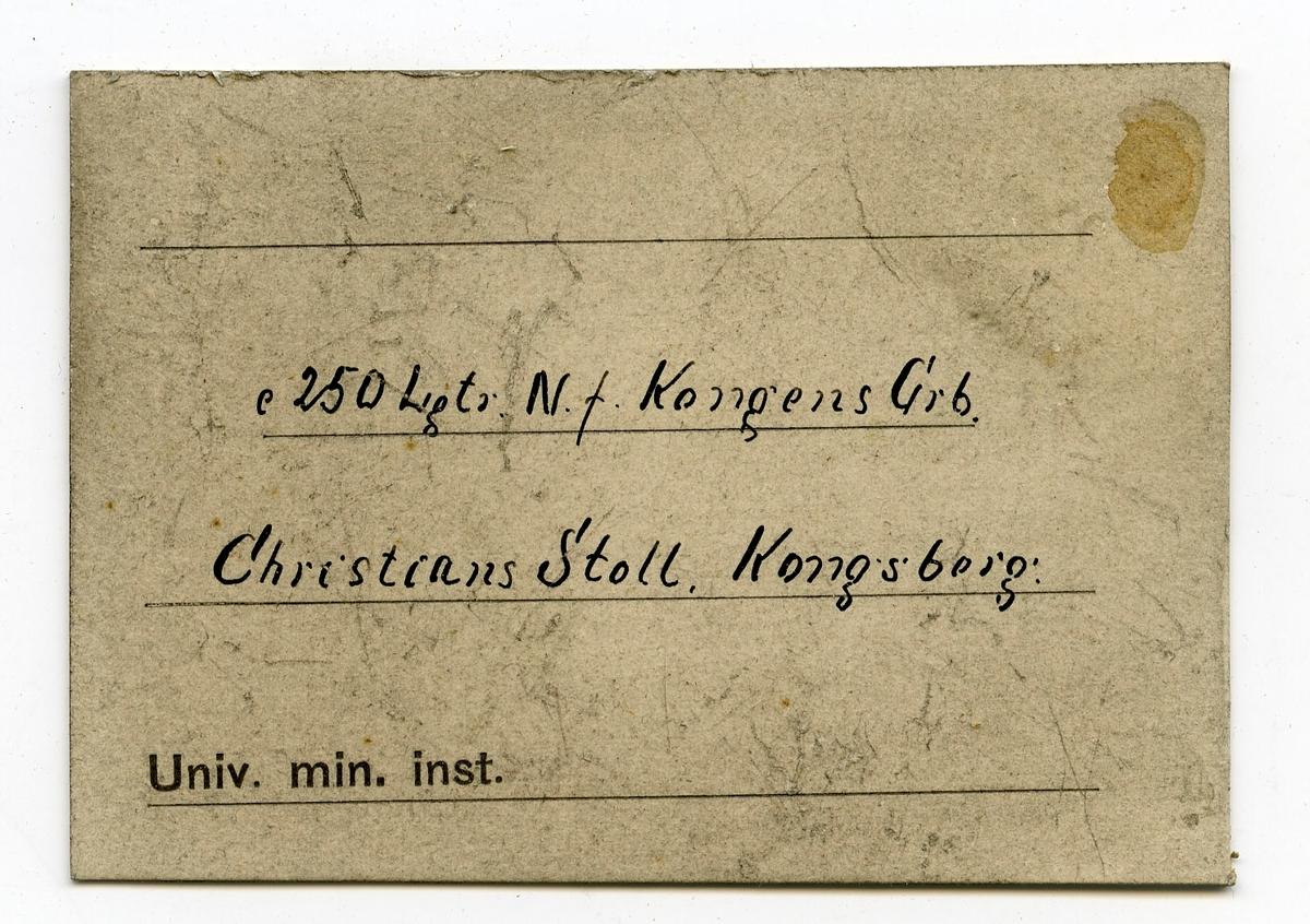 Etikett i eske: c 250 Lgtr. N.f. Kongens Grb. Christians Stoll. Kongsberg.  Lapp i eske: 250 Lagter N. for Kongens Grube Christians Stoll.