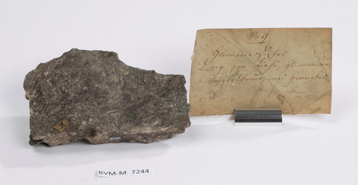 Etikett på prøve: 9.  Etikett i eske: No. 9 Glimmerskifer rig paa Kiese, Glimmeren tombakbrun, med Granater.