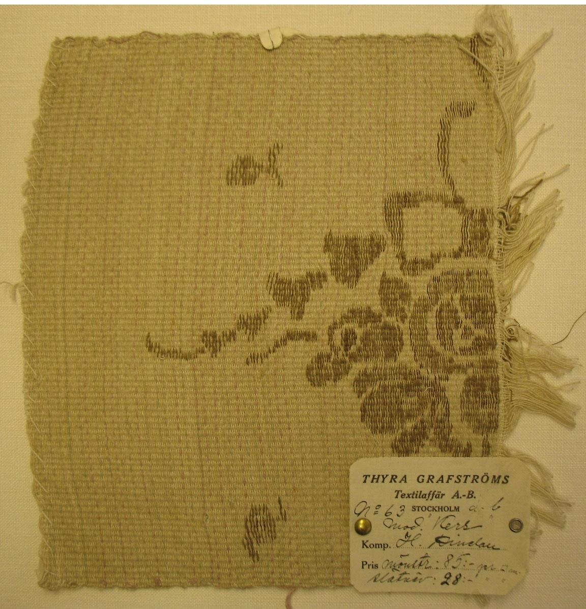 """Tidigare katalogisering enl uppgift av Elisabeth Thorman kompletterad 1958 av Elisabeth Stawenow:  Vävprov 21 x 24 cm till möbelklädsel Varp av vitt bomullsgarn. Väften av lingarn melerad i ljusgrått och rosa, ripseffekt. Inplockat mönster, del av rosenbukett, i H V teknik med brrunt och grönbrunt lingarn samt guldtråd. Komp. Hildegard Dinclau. Thyra Grafström textilaffär A.B. Nr 63. Modell """"Kers"""". Pris mönstrat 85:- kr/m2, slätväv 28:- kr/m2."""