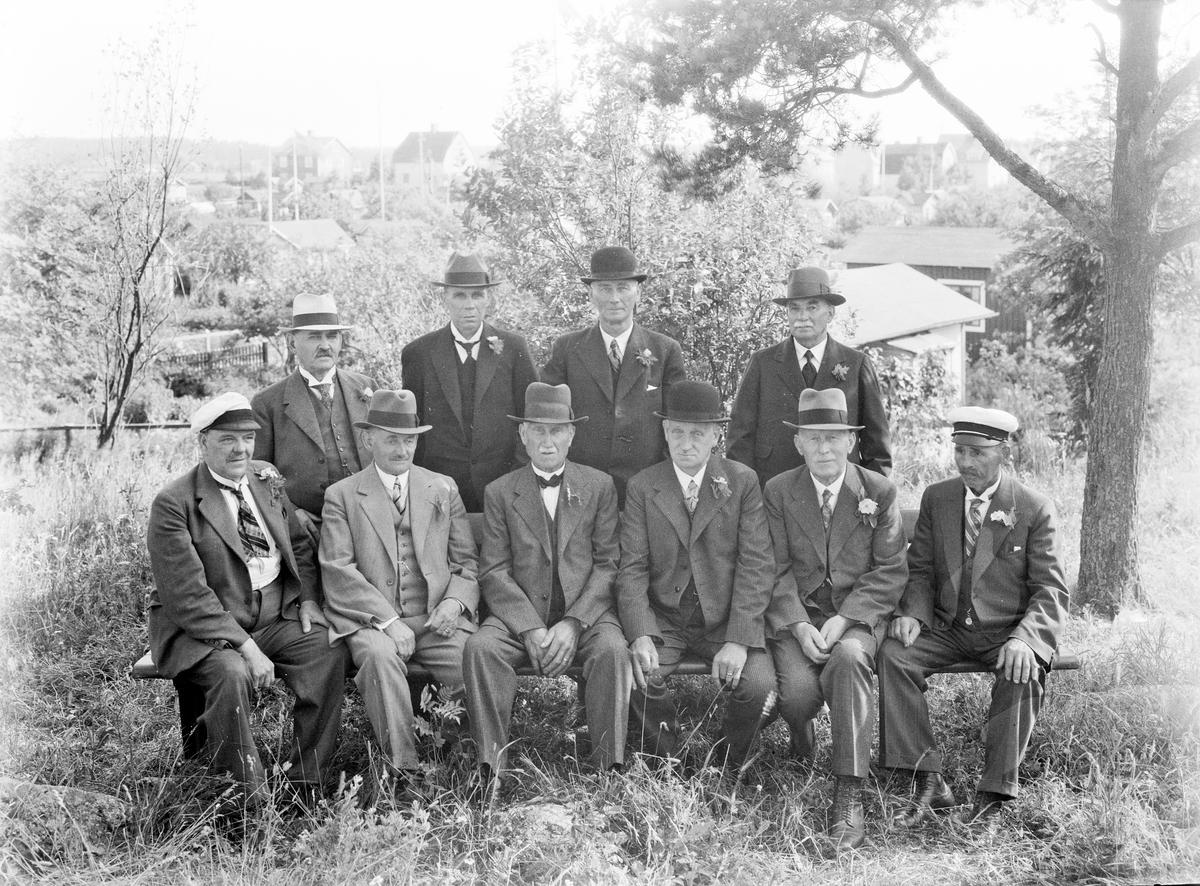 """Södra Koloniträdgården bildades 1905 Kolonister fick bygga """"lusthus"""" med en yta på högst tolv kvadratmeter, tre meter höga från takstolen till marken. Många av vägarna har namn efter personer som stöttat föreningen."""