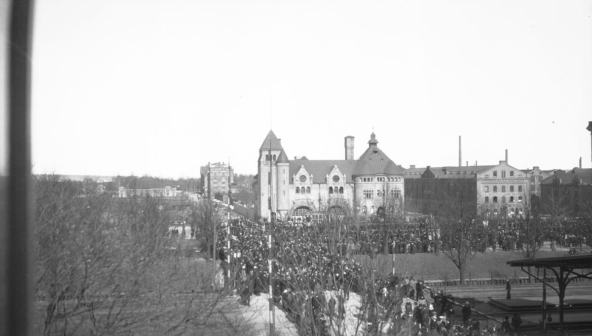 Första maj-demonstration. Kommer från Brynäs Fältskärsgatan till Drottninggatan, som går över spåren mot centrum, innan tunneln byggdes.