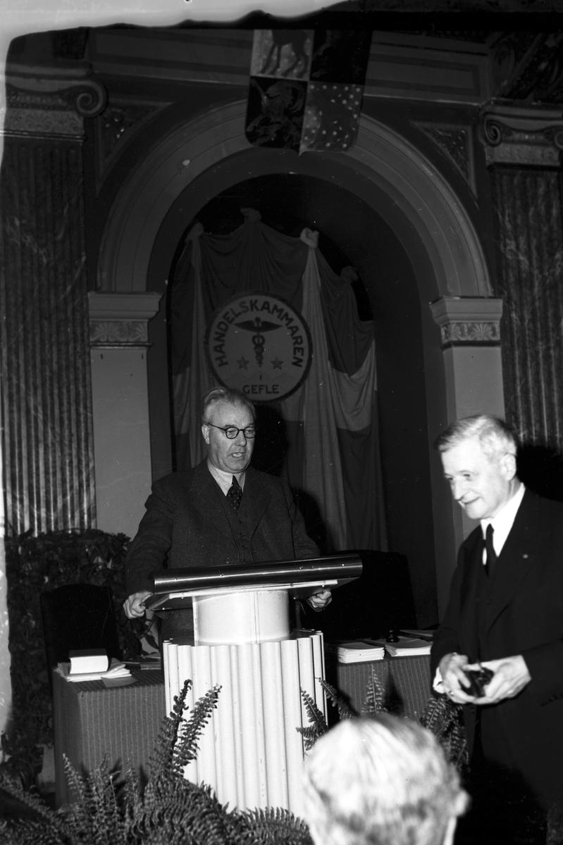 Handelskammaren sammanträder. 1948.