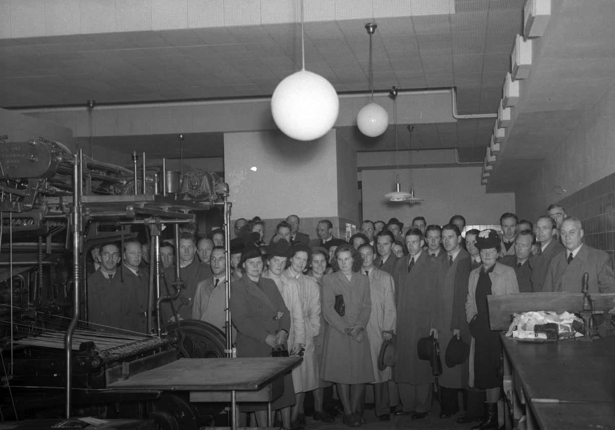 Konsum Alfa butiksföreståndare på studiebesök hos Arbetarbladets tryckeri, september 1945,