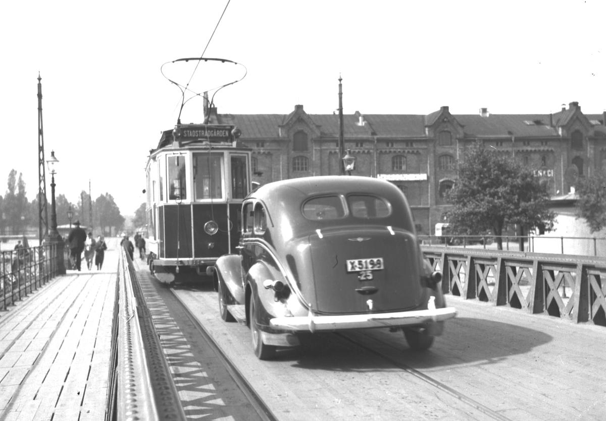 Trafik på svängbron. En 1938 Dodge D8, droskägare Rudolf Forsell i Gävle.