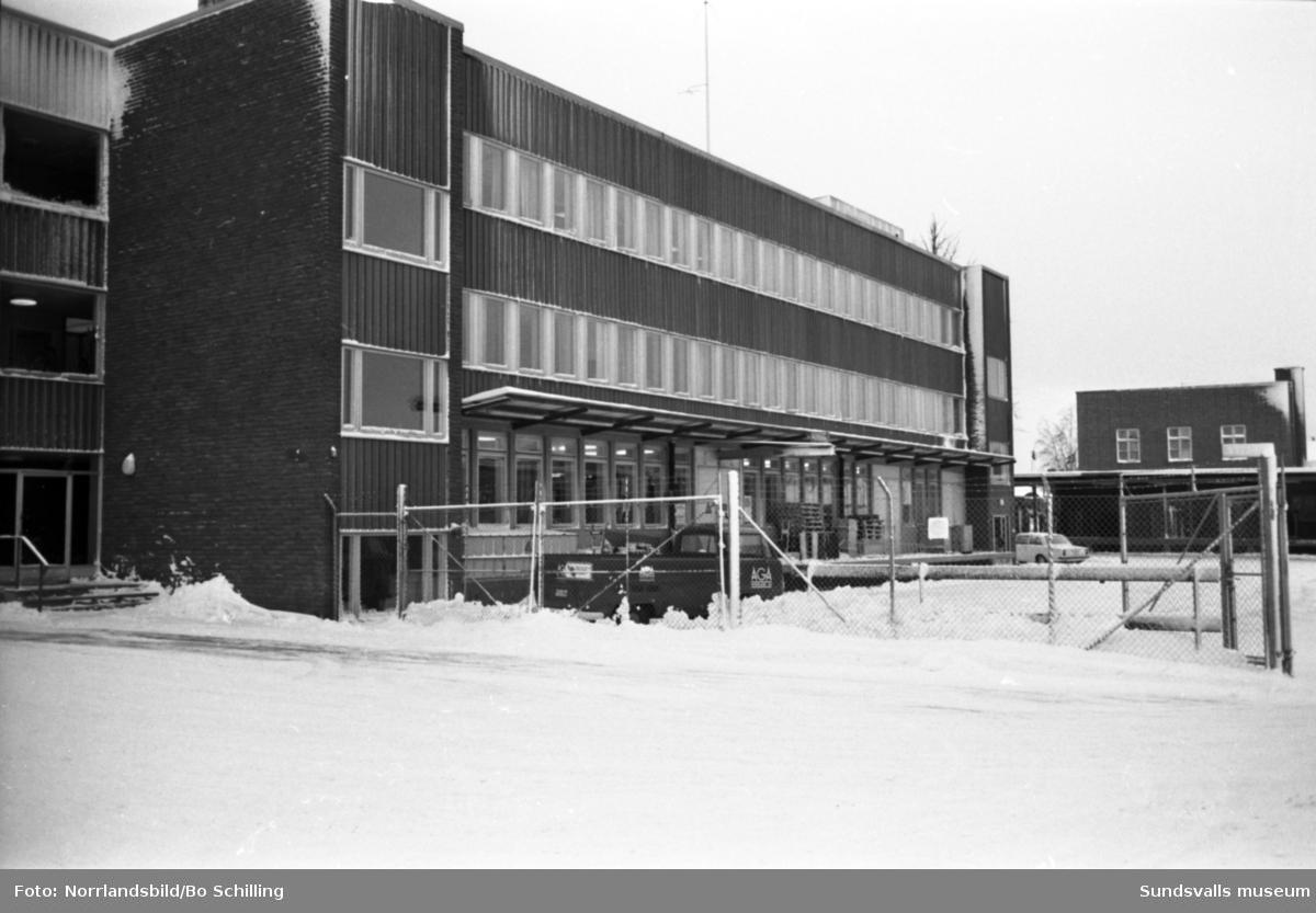AGA Norrland. Interiör bilder från verksamheten samt en exteriörbild från fastigheten som numera (2016) har adressen Kolvägen 14b.