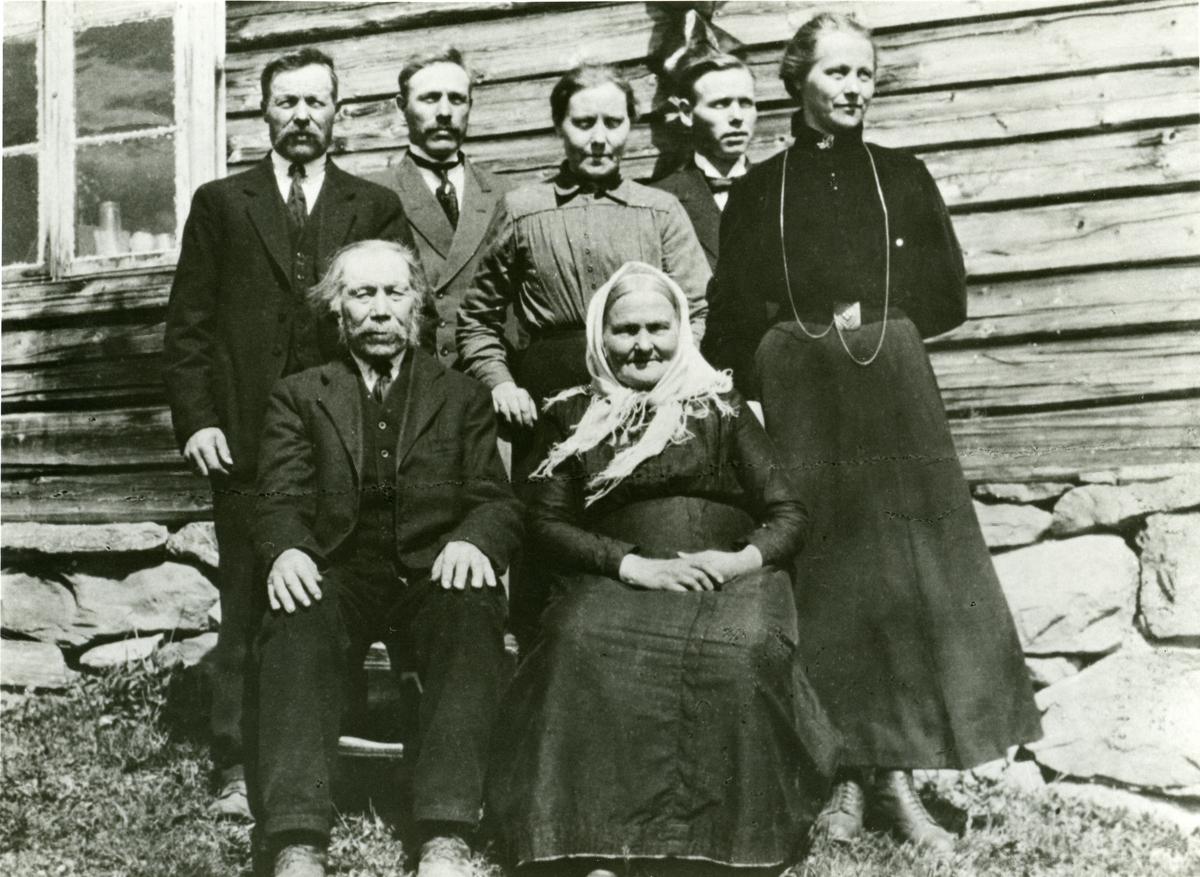 Familiebilete av familien Skarshaugen.