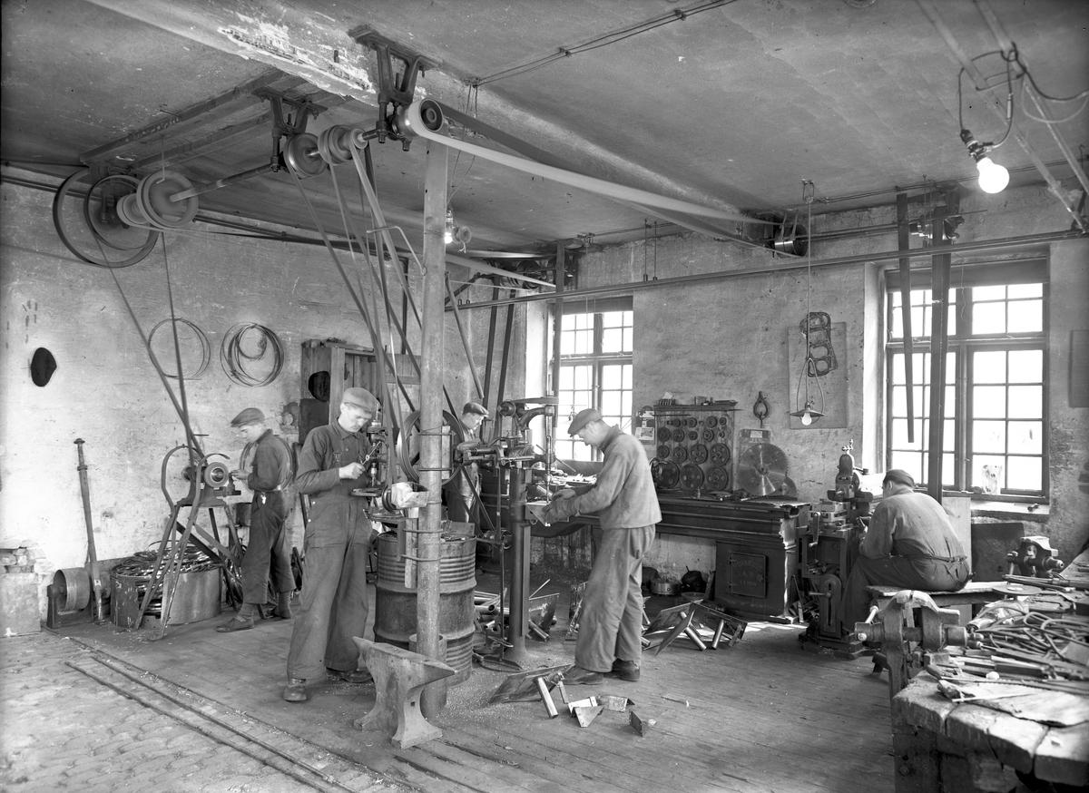 Interiör verkstadsmaskin, 22 maj 1946. Valbo Verkstad A-B grundades år 1923 av häradsdomare  K. G. Ålenius  . Denne övertog ett tidigare bildat bolag, som drev verkstadsrörelse i Valbo med tillverkning av arbetsvagnar, timmerkälkar m. m. lät nu omlägga rörelsen för tillverkning av bil karosserier, varav mest lastvagns- och skåpbilskarosserier tillverkas. År 1929 ombildades firman till aktiebolag med Ålenius som verkst. direktör. Vid sin död år 1938 efterträddes han av sonen, ingenjör  Gunnar Ålenius  . Företaget har gått en kraftig utveckling till mötes och kan nu räkna sig till landets ledande inom sin bransch. Från att ha sysselsatt 3—4 man äro nu vid full drift cirka 80 arbetare anställda inom företaget.  Valbo Verkstads A-B omfattar smides-, plåtslageri- och snickeriverkstad, monteringshall, måleri- samt lackerings- och tapetserarverkstäder, alla försedda med moderna, maskinella utrustningar. Bland företagets kunder kunna nämnas: Svenska armén, Kungl. Telegrafverket — över 200 skåpkarosserier ha under årens lopp levererats hit — Postverket, Vattenfallsstyrelsen, Stockholms stads gatukontor, en hel del allmänna verk och inrättningar samt privata företag. Dessutom är bolaget huvudleverantör till flera av de större bilfirmorna i Stockholm samt Ålenius valen förutseende man, som med öppen blick följde utvecklingen inom bilbranschen och han på övriga platser i landet. Företaget höll ut till någon gång på 1980-talet.