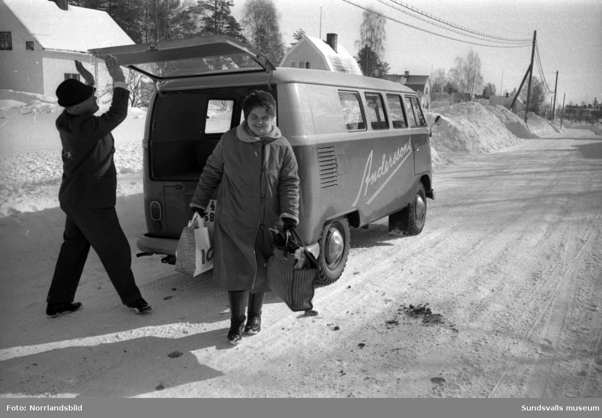 Anderssons Livs i Sörberge med föreståndaren Ragnar Berglund kör varor och kunder med sin folkvagnsbuss. Sista bilden är från centrala Sundsvall där en man står på torget framför det pågående bygget av Tempo-huset vid Storgatan. Reportagebilder för tidningen Köpmannen