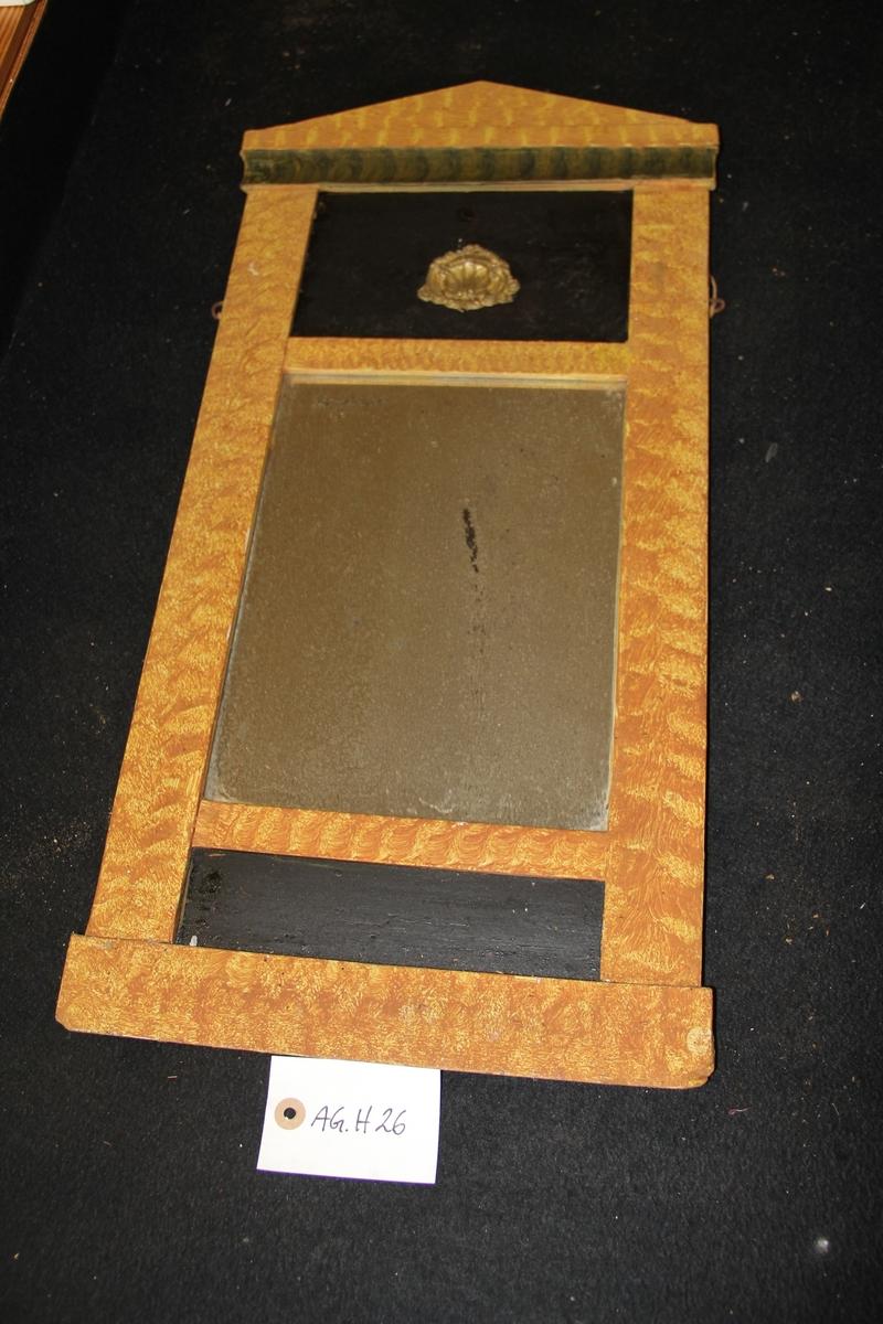 Rektangulært speil. Brunt- og svartmalt treverk. Glass og messing. Ådring. Empire-inspirert.