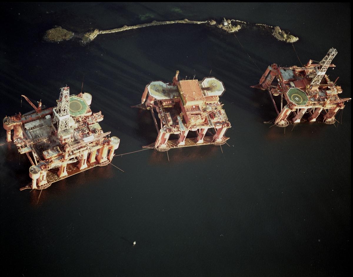 HMV. Flyfoto. Havnevesenet. 3 platformer under anker.
