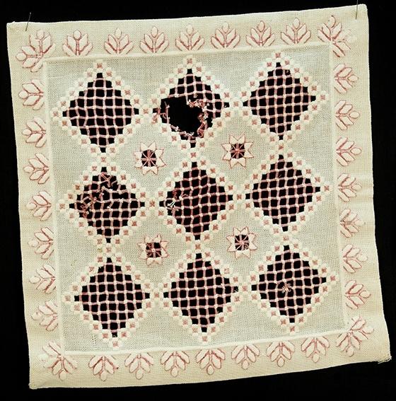 Rektangulær hardangersømsbrikke Også uttrekksøm og plattsøm. 9 rombeformede kvadrater
