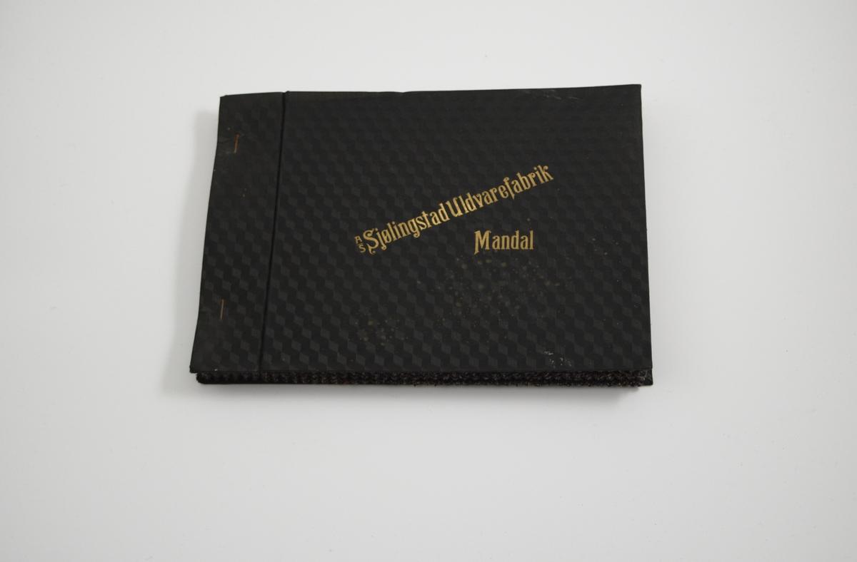 """Prøvebok med 6 prøver. Middels tykke stoff med diskret fiskebensmønster, samt striper, i lilla og blå fargetoner. Stoffene ligger brettet dobbelt i boken. Stoffene er merket med en rund papirlapp, festet til stoffet med metallstifter, hvor nummer er påført for hånd. Innskriften på innsiden av omslaget indikerer at alle stoffene har kvaliteten """"Norm"""".   Stoff nr.: Norm/25, Norm/26, Norm/27, Norm/28, Norm/29, Norm/30."""