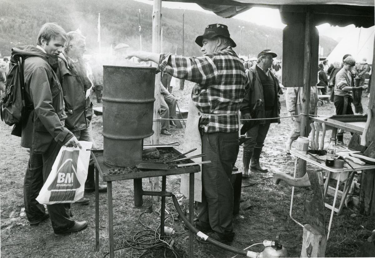 Knivsmeden Øivind Klausen brettar og laminerer knivblad.