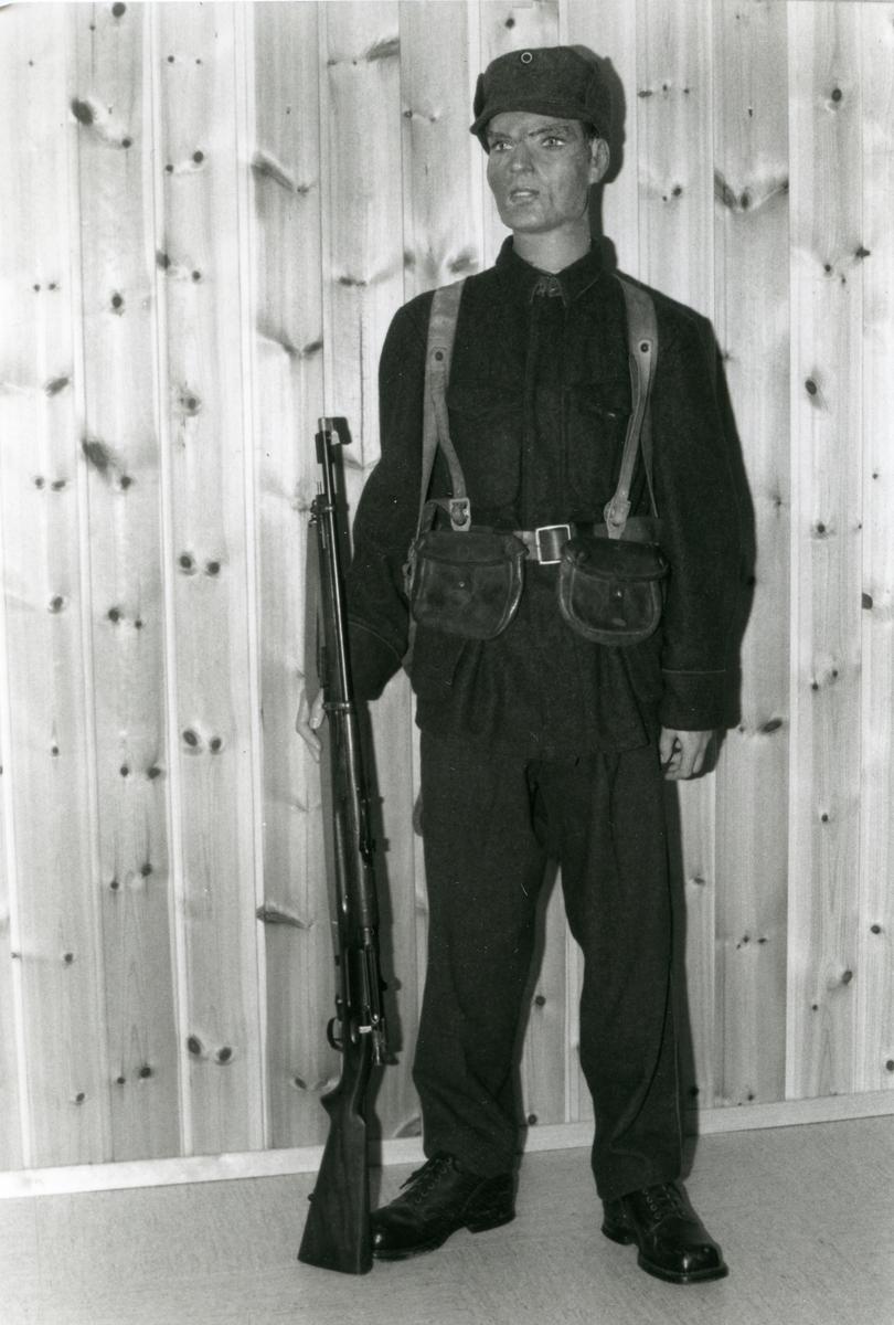 """Bilde fra utstillingen på Bagn Bygdesamling. """"Soldat"""" i norsk uniform, 1940"""