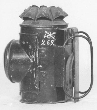 Engelsk polisbetjentlanterna av bleckplåt. Svartmålad. Tillkom år 1858.