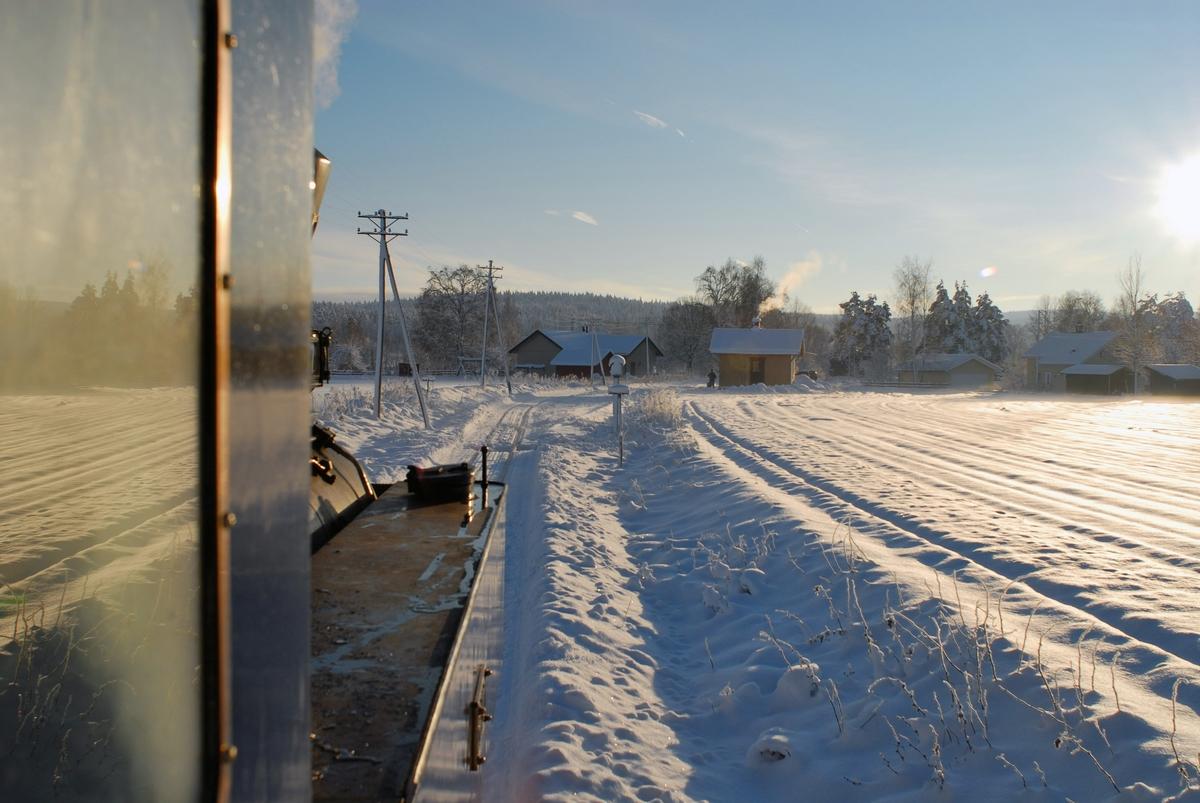 Lokomotivførerens utsikt på vei inn til Fossum stasjon på museumsjernbanen Urskog-Hølandsbanen, Tertitten.
