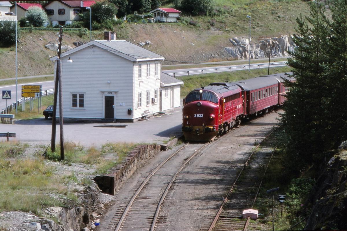 NSB persontog 281 Oslo S - Fagernes stopper på Leira stasjon.
