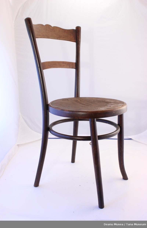 Rundt sete. Trykket eller brent mønster på tverrveene på ryggstøet og sete.