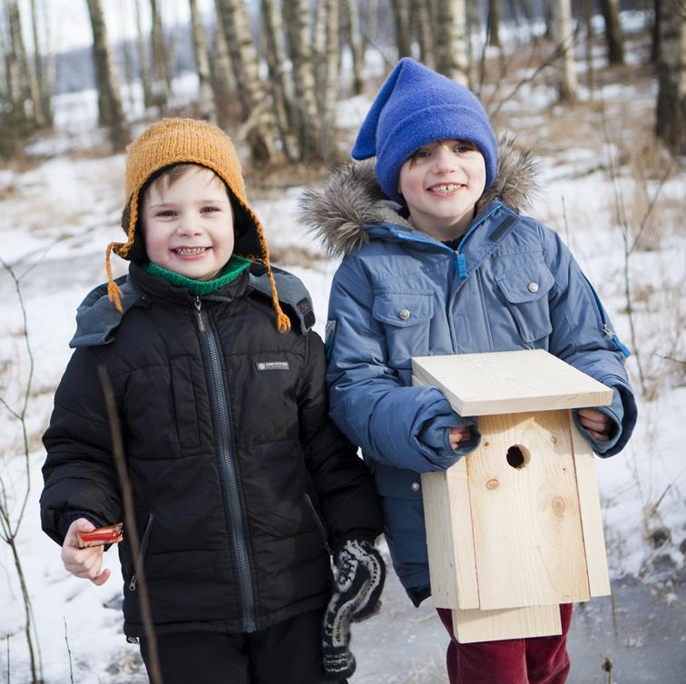 Foto av to gutter som holder en nysnekret fuglekasse (Foto/Photo)