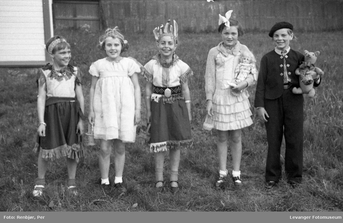 Sanitetens' Opptog, Levanger, utkledde barn som indianere, brud og brudgom.