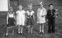 Sanitetens' Opptog, Levanger, utkledde barn som indianere, b