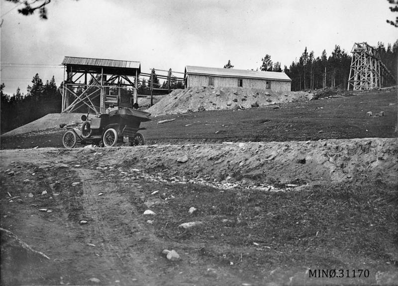 Den nedre, gamle taubanestasjonen på Søndre (taubane 5 til Grimsmoen). I forgrunnen står Verkets første bil, Metz 1914. Foto: A. R. Brostrup. Musea i Nord-Østerdalen, nr. 31170. Sjå også Folldalsbilder I, side 53.