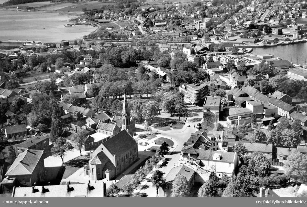 Skråfoto fra Moss med Moss kirke og Dronningens gate i 1950.