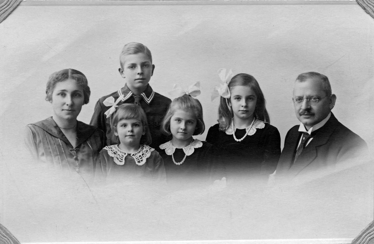 Fam. Broström. Fr. v. Elsa, Sven, Elsa, Britta, Karin & Carl.