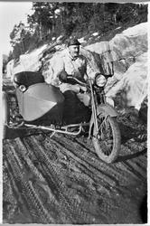 Oppsynsmann John Hoel på motorsykkel med sidevogn i Søvassda