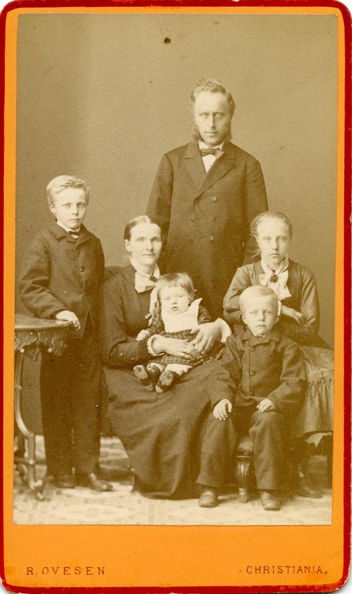 Harald Sørflaten samen med kona Marit og barna.