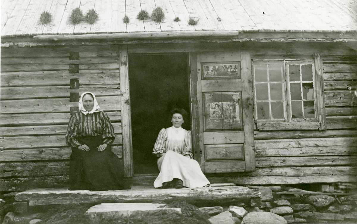Anna Sørflaten sammen med dattera Anna Mikkelsdatter.