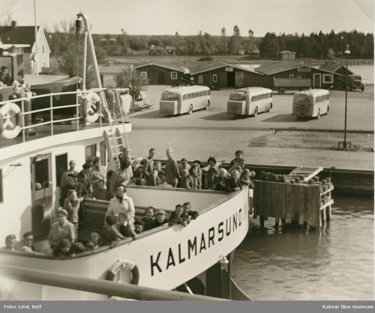 Färjetrafik i Färjestadens hamn.