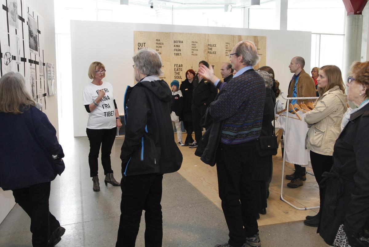 Museumspedagog Eli Nøttestad med publikum