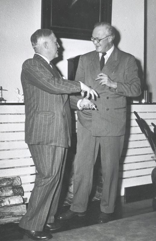 Harald Grieg og Sigurd Hoel i munter passiar. (Foto utlånt av Gyldendal Norsk Forlag)