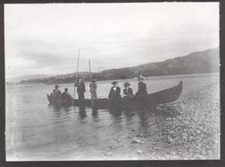 Altaelva. Elvebåt med syv personer i: tre kvinner og fire me