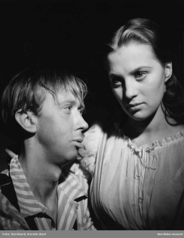 """Porträtt av skådespelarna Mai Zetterling och Jan Molander i föreställningen """"De vackra människorna"""" den 2 september 1944."""