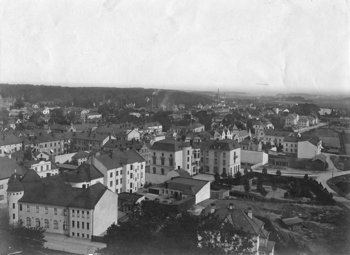 Utsikt från kyrktornet mot sydöst. Fr.v. V.Långgatan från Godtemplarhuset, stadshotellet ned till Brandalssund. I horisonten syns Köpingsån med dess utlopp i Mälaren, samt Köpingshytta.