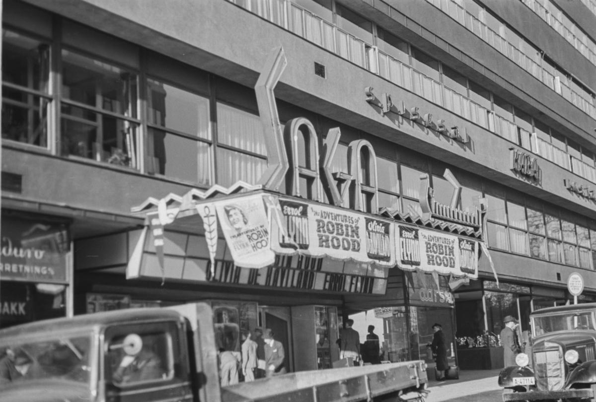 "Ved Saga kino i Oslo. Reklame for Robin Hook"""