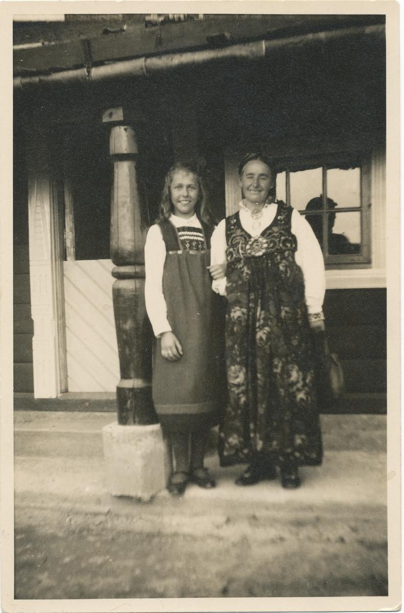 Tilla Valstad og Reidun Weseang (en elev) foran Leikestua på Brusetkollen.