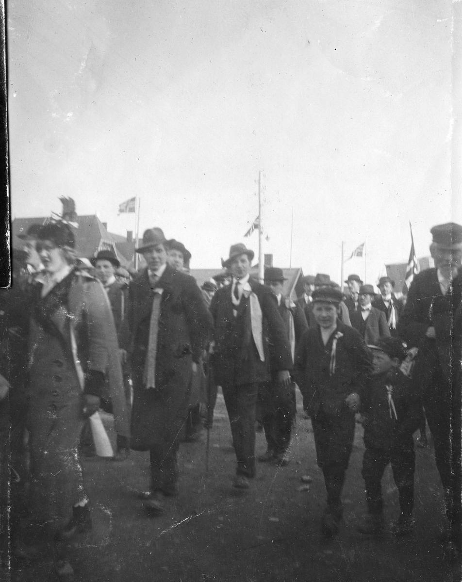 17 mai i Vardø, 1918. Ragnhild Gundersen kan sees i venstre billedkant.