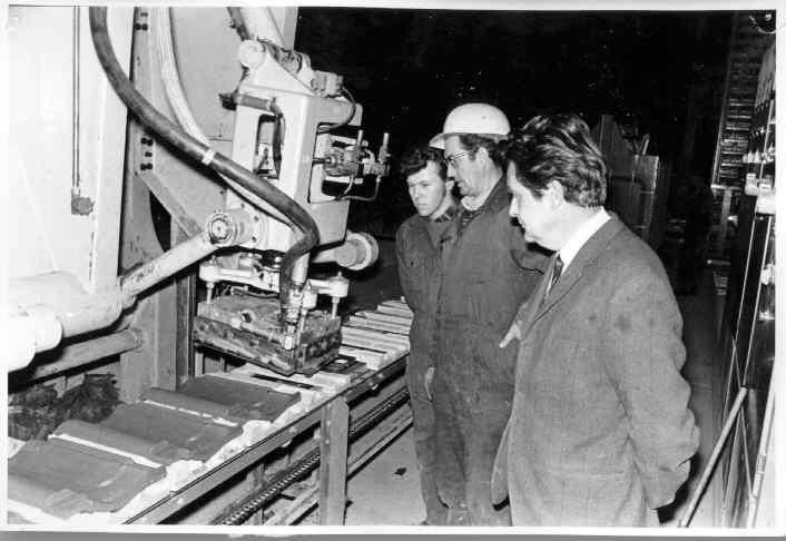 Kaupanes Keramiske Industri. 8.12.1971. De første taksteiner lages.