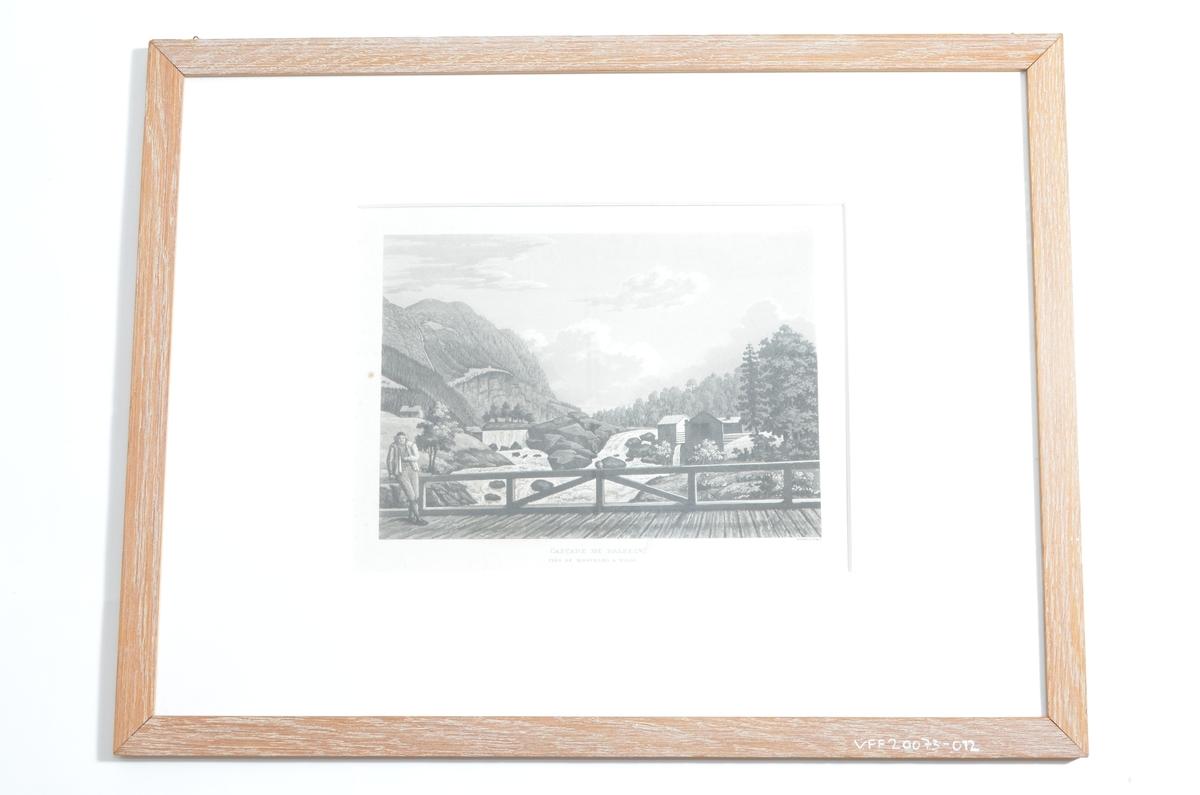 Motiv over det som antageligvis er utløpet til Neselva, ut i Strandefjorden, ved det som i dag er Fagernes. I forgrunnen ses en mann på en bro, med elv og fossefal i bakgrunnen.