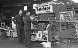 Peko brusfabrikk. Full produksjon av brus i fabrikklokalet.