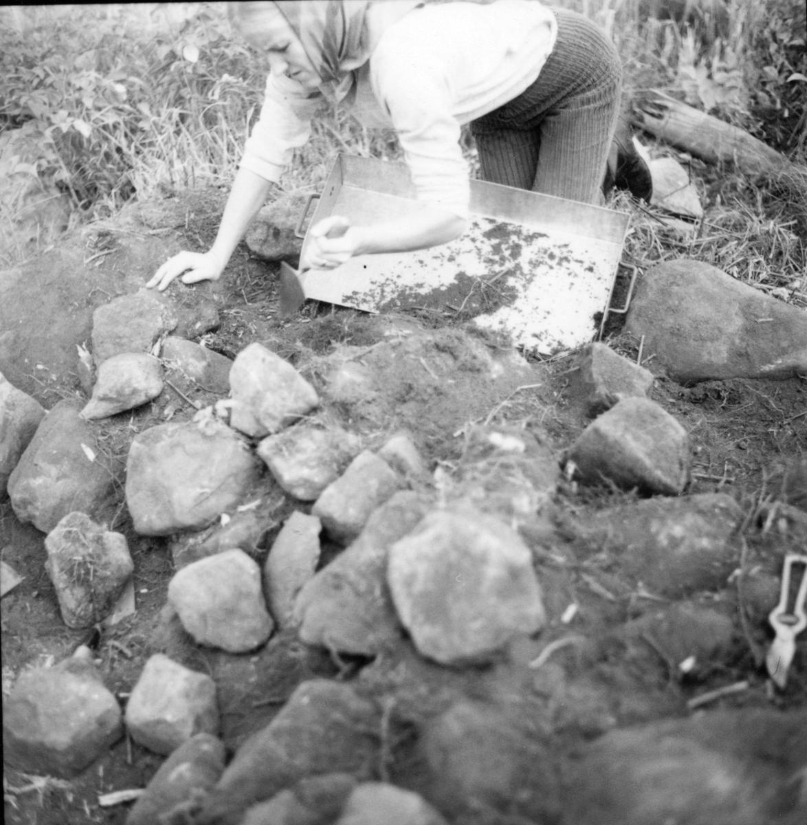 Utgrävningsbilder: Röse i Ålbo, September 1967.