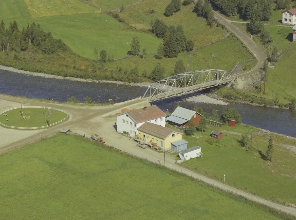 Brua Samvirkelag, elv, bro, veikryss, inngjerdet uteplass, Forset, Vestre Gausdal