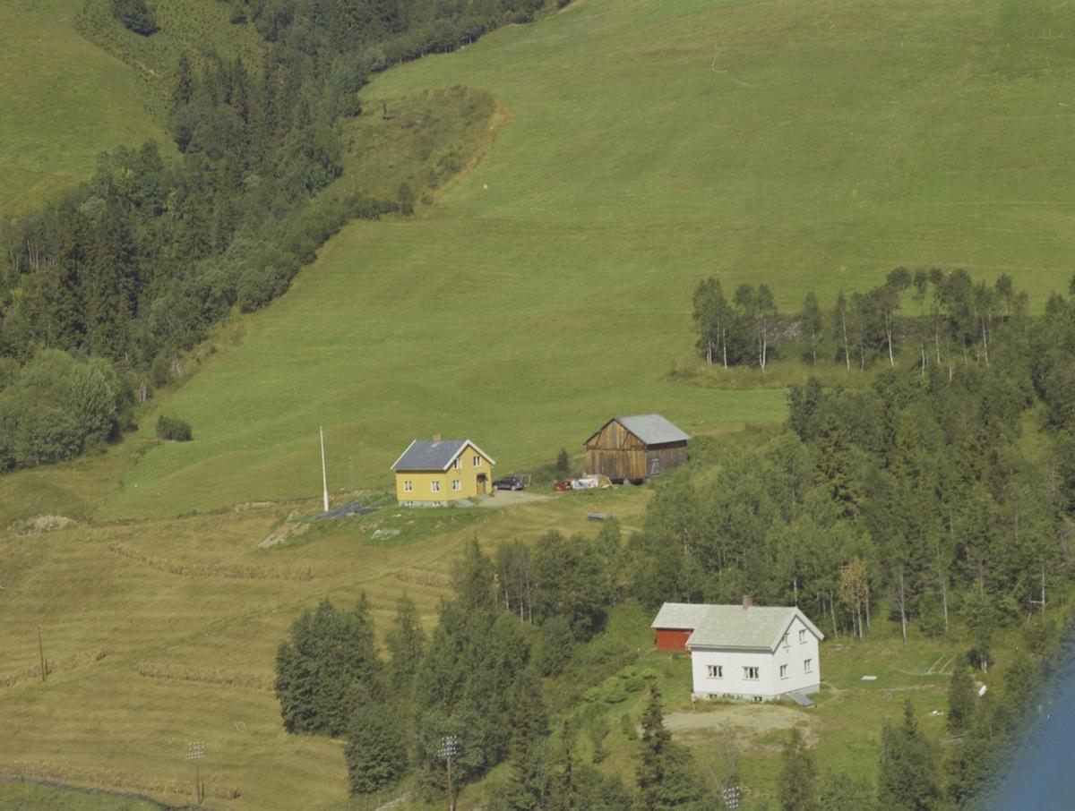Heimstad (gult hus, Melbø) og Kjelstad (hvitt hus, Søbye) småbruk, Vestre Gausdal.