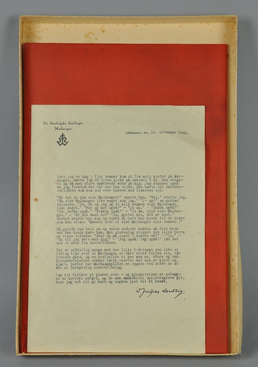 Brettspill av prega kartong. Maihaugområdet er motivet på brettet. Brettspillet ligger i en eske av papp. I eska ligger også et brev fra Anders Sandvig, datert 1942. Usikker om dette brevet er en original.